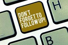 Пишущ показ Дон t примечания забудьте следовать Фото дела showcasing социальный маркетинг связи напоминания средств массовой инфо стоковое фото