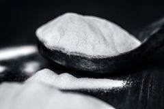 Пищевая сода или водопод натрия карбонат в деревянном ветроуловителе стоковое изображение
