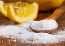 Пищевая сода (гидрокарбонат натрия) в деревянной ложке Стоковое фото RF