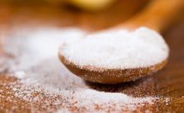 Пищевая сода (гидрокарбонат натрия) в деревянной ложке Стоковые Фотографии RF