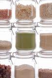 Пищевой ингредиент в стеклянных опарниках хранения кухни Backgroun кулинарии стоковая фотография