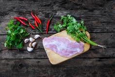 Пищевой ингредиент с свининой, чилями, чесноком, петрушкой и мятой на старой винтажной деревянной таблице Стоковое фото RF