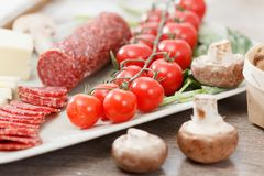 Пищевые ингредиенты для пиццы на таблице Стоковые Фотографии RF