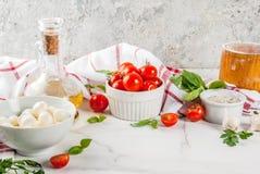 Пищевые ингредиенты итальянки пиццы макаронных изделий стоковые изображения rf