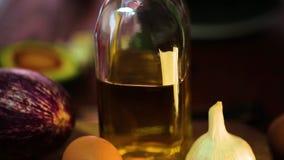 Пищевые ингредиенты на деревянном столе Специи и травы видеоматериал