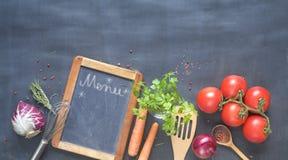 Пищевые ингредиенты, овощи, утвари кухни и классн классный для Стоковое Фото