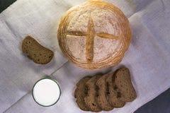 Пищевые ингредиенты предпосылки на скатерти Домодельный хлеб и молоко Стоковая Фотография