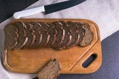 Пищевые ингредиенты предпосылки на скатерти и кухне всходят на борт Свежие томаты и домодельный хлеб Стоковое Изображение RF