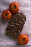 Пищевые ингредиенты предпосылки на скатерти Свежие томаты и домодельный хлеб Стоковое Изображение RF