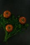 Пищевые ингредиенты предпосылки на черной таблице свежие томаты трав Стоковое Изображение RF
