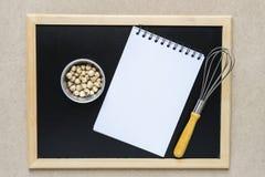 Пищевые ингредиенты, утвари кухни, тетрадь и классн классный для Стоковое Изображение