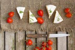Пищевые ингредиенты: Французские томаты сыра и вишни на деревянной поверхности Стоковое фото RF