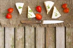 Пищевые ингредиенты: Французские томаты сыра и вишни на деревянной поверхности Стоковая Фотография