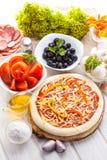 Пищевые ингредиенты для пиццы на таблице Стоковые Изображения RF