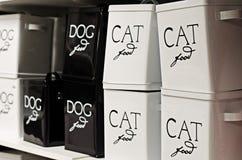 Пищевые контейнеры кота и собаки стоковые изображения