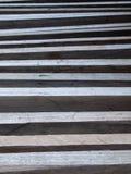 Пиломатериал твёрдой древесины положенный в строку стоковые изображения