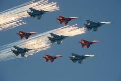 Пилотажное ` su-30cm и MiG-29 ` воздушных судн ` рыцарей ` Swifts ` команды и русского ` сделало салют во время репетиции победы  Стоковое Фото