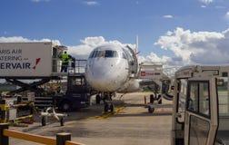 Пилотирование самолета на авиаполе в авиапорте Парижа Стоковые Фото