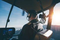 Пилотный вертолет летания на солнечный день Стоковые Изображения RF