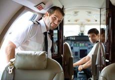 Пилотный входя в частный самолет стоковые изображения