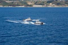 2 пилотных шлюпки объезжая в открытом море Стоковая Фотография RF