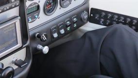 Пилот контролирует самолет видеоматериал