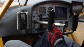 Пилот проверяет штурвалы видеоматериал