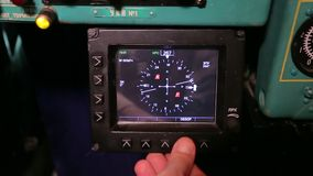 Пилот регулирует радиолокатор в самолете сток-видео