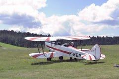 Пилот самолет-биплана счастливого после приземляться Стоковые Изображения RF