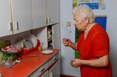 Пилюлька бабушки выпивая Стоковая Фотография RF