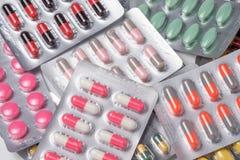 Пилюлька и капсула лекарства в упаковке волдыря Стоковое фото RF