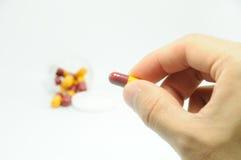 пилюлька удерживания руки капсулы Стоковые Изображения RF