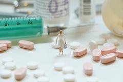 Пилюльки, бутылки медицины, медицинское оборудование и миниатюра Стоковое Изображение RF