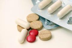 Пилюльки витамина и и анальгетики Стоковое Фото