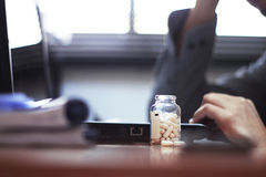 Пилюльки в офисе Стоковое фото RF