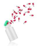 Пилюльки летают из медицинской бутылки изолированной на белой предпосылке Стоковое Изображение