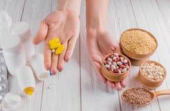 Пилюльки или здоровый выбор еды диетпитание принципиальной схемы здоровое Стоковая Фотография RF