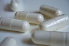 Пилюльки или капсулы медицины белые на белой предпосылке с космосом экземпляра Фармацевтический medicament для здоровья Стоковая Фотография RF