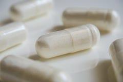 Пилюльки или капсулы медицины белые на белой предпосылке с космосом экземпляра Фармацевтический medicament для здоровья Стоковые Фотографии RF