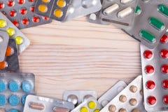 Пилюльки и капсулы в алюминиевом контейнере Стоковая Фотография