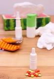 Пилюльки и падения носа для холодов, используемых носовых платков и другого лекарства Стоковая Фотография RF