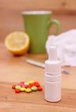 Пилюльки и падения носа для холодов, используемых носовых платков и горячего чая с лимоном Стоковое Изображение RF