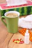 Пилюльки и падения носа для холодов, носовых платков и горячего чая с лимоном Стоковые Фотографии RF