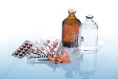 Пилюльки и пробирки медицины с шприцем Стоковая Фотография RF