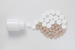 Пилюльки медицины от трубки в yan стоковые фотографии rf