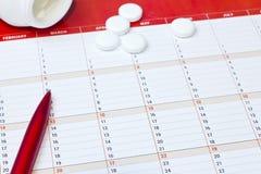 Пилюльки на таблице сыпь банков Стоковое Фото