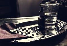 Пилюльки, носовые падения и стекло воды Стоковые Фотографии RF