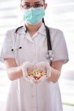 Пилюльки доктора рекомендуя в руках Стоковое Изображение