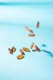 Пилюльки падая вниз Капсулы геля Витамин A, e, рыбий жир, primr Стоковые Фото