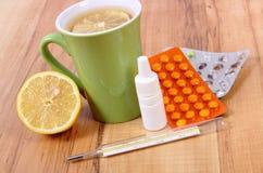 Пилюльки, падения носа и горячий чай с лимоном для холодов, обработка гриппа и жидкое Стоковые Фотографии RF